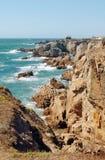 在法国海岸的岩石海岸线 免版税库存照片