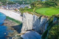 在法国的海岸的白色峭壁在Etretat附近镇的  免版税库存照片