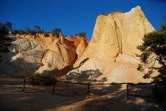 在法国科罗拉多的茶黄岩石 免版税库存照片