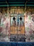 在法国街区新奥尔良的老门 免版税库存照片