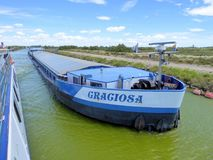 在法国运河的商业驳船 免版税库存照片
