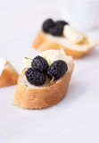 在法国长方形宝石的快餐在一个木板 库存图片