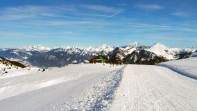 在法国阿尔卑斯冬时的滑雪倾斜 免版税库存图片
