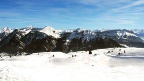 在法国阿尔卑斯冬时的滑雪倾斜 免版税库存照片