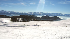 在法国阿尔卑斯冬时的滑雪倾斜 库存照片