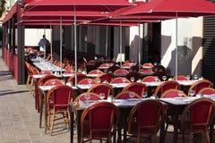 在法国晴朗的桌和椅子边路咖啡馆南部的法国餐馆普罗旺斯 免版税库存图片