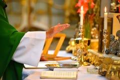 在法坛的牧师手 免版税库存照片