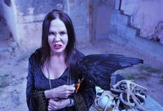 在法坛附近的恼怒的巫婆 免版税库存照片