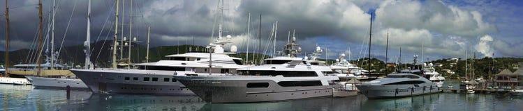 在法尔茅斯港口停住的游艇在安提瓜和巴布达 图库摄影