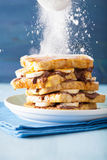 洒在法式多士的糖粉与香蕉巧克力 免版税库存图片