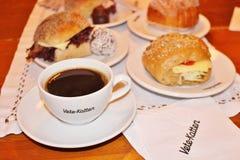 在法式蛋糕铺Vete-Katten的咖啡 库存照片