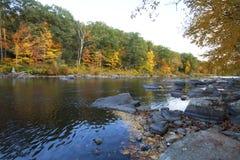 在法明顿河的风景秋叶,小行政区,康涅狄格 免版税库存照片