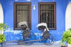 在法特Tze豪宅或蓝色豪宅,马来西亚附近的老人力车三轮车 免版税库存图片