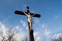 在法美学校后的与实物大小一样的耶稣受难象 库存照片