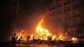 在法里亚斯节日的最后的事件La克雷马 毁坏建筑的火 股票视频