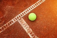在法院地面的黄色球 免版税库存照片