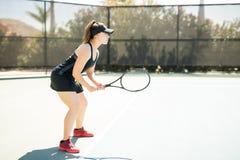 在法院的专业女性网球员训练 免版税图库摄影