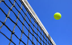 在法院的网球 免版税库存图片