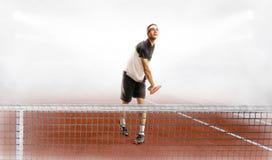在法院的年轻有吸引力的人戏剧网球 免版税库存照片