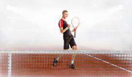 在法院的年轻有吸引力的人戏剧网球 库存图片