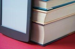 在法院记录旁边的EBook红色表面上 免版税库存图片