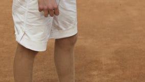 在法院,拿着球拍的手特写镜头的成功的男性使用的网球 影视素材