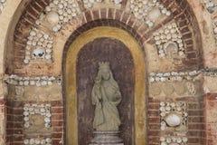 在法鲁大教堂,阿尔加威,葡萄牙去骨有人的头骨的教堂 免版税库存照片