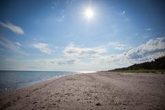在法鲁海岛上的长的沙子海滩在瑞典 免版税库存图片