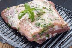在泛格栅的未煮过的用卤汁泡的肉 免版税库存图片