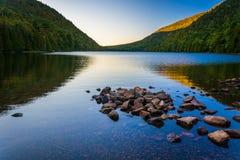 在泡影的早晨反射在阿科底亚国家公园筑成池塘, Mai 免版税图库摄影