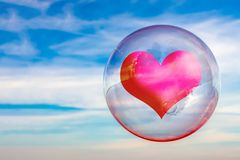 在泡影的红心在天空蔚蓝 免版税库存图片