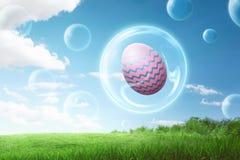 在泡影飞行里面的五颜六色的复活节彩蛋 免版税图库摄影