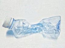 在泡沫地板上的瓶 免版税库存照片