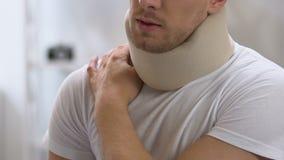 在泡沫子宫颈衣领的男性按摩痛苦的肩膀和脖子,创伤的 股票录像