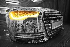 在泡沫的汽车在水槽 图库摄影