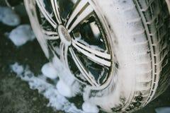 在泡沫的汽车 E 在泡沫的汽车从洗涤剂 免版税库存照片