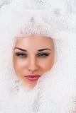 在泡沫的美丽的白肤金发的妇女面孔 库存图片