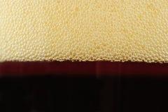 在泡沫腾涌的软饮料顶部的泡影 库存图片