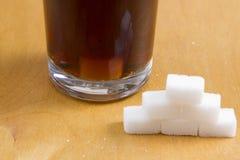在泡沫腾涌的饮料的加的糖 库存照片