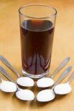 在泡沫腾涌的饮料的加的糖 库存图片