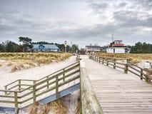 在波儿地克的海岸的长的木码头在早晨安静期间 冷气候,沈默天 免版税图库摄影
