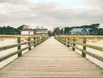 在波儿地克的海岸的长的木码头在早晨安静期间 冷气候,沈默天 图库摄影