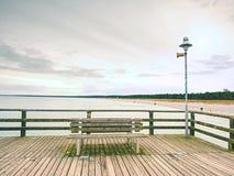 在波儿地克的海岸的长的木码头在早晨安静期间 冷气候,沈默天 免版税库存照片