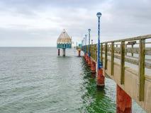 在波儿地克的海岸的长的木码头在早晨安静期间 冷气候,沈默天 免版税库存图片