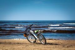 在波儿地克的海滩停放的自行车在水旁边在春天 免版税库存图片