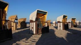 在波儿地克的海边的五颜六色的地方海滩睡椅与晚上光 库存照片