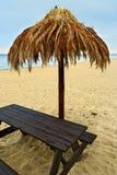 在波儿地克的海滩的棕榈叶沙滩伞 库存照片