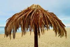 在波儿地克的海滩的棕榈叶沙滩伞 库存图片