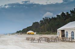 在波儿地克的海滩的看法在Jurmala,拉脱维亚,欧洲 免版税库存照片