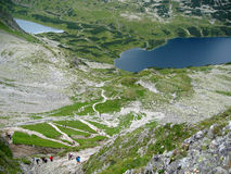 在波兰、青山、谷和岩石峰顶的Tatra山在与清楚的蓝天的晴天 库存照片